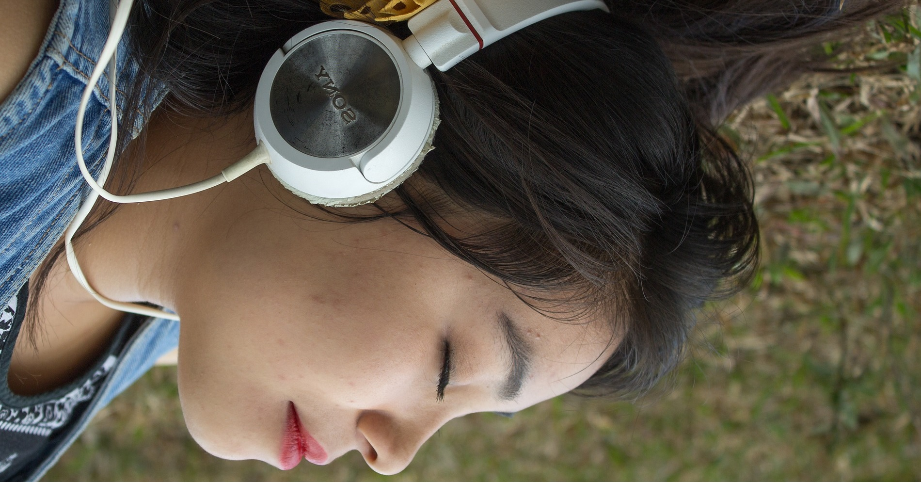 Which features of headphones are important to keep in mind?